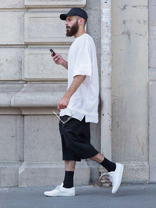 白無地Tシャツ×黒ハーフパンツ×白ローカットスニーカー | メンズファッションスナップ フリーク | 着こなしNo:120605
