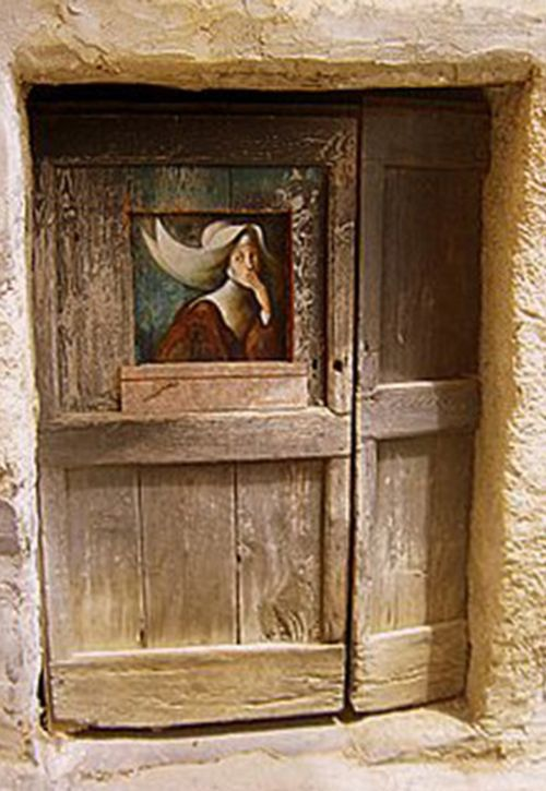 """Puerta en Valloria, Italia: """"Las llamas en la noche infinita"""", de Fabrizio Riccardi."""