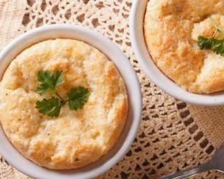 Soufflés légers tout simples au chèvre et fromage blanc : http://www.fourchette-et-bikini.fr/recettes/recettes-minceur/souffles-legers-tout-simples-au-chevre-et-fromage-blanc.html