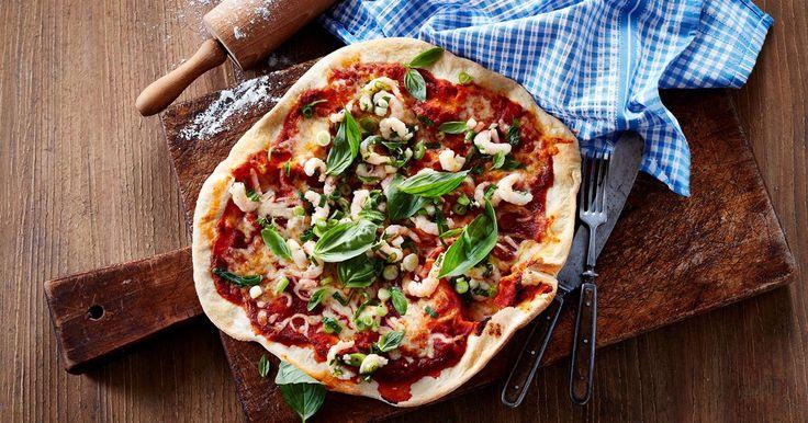 En super lækker sprød pizza fra grillen. Med smeltet ost, og toppet med rejer marineret i hvidløg, citron og basilikum.