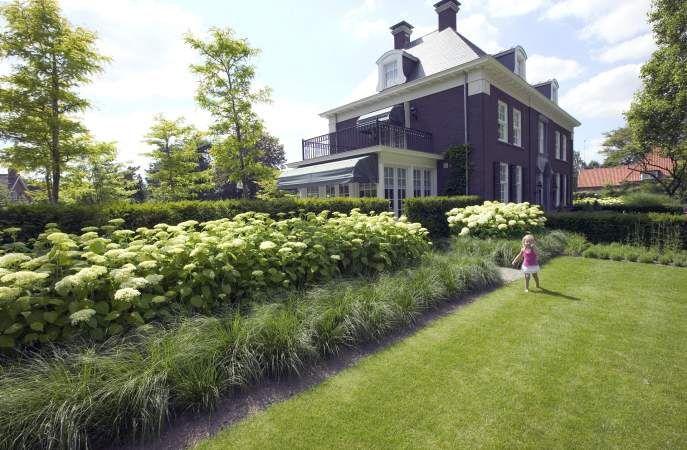Rond dit statige landhuis, gelegen in het buitengebied van St. Michielsgestel, is de tuin ontworpen als een soort buitenplaats. De strak monumentale tuininrichting heeft een parkachtig karakter die volkomen in balans is met de architectuur van de woning en de omgeving. Diverse terrassen bieden de gelegenheid, om steeds vanuit een ander perspectief, te genieten van deze prachtige tuin. Er is o.a. een langerekte vijverpartij met vlonder terras, een moestuingedeelte met oude fruitbomen en een…
