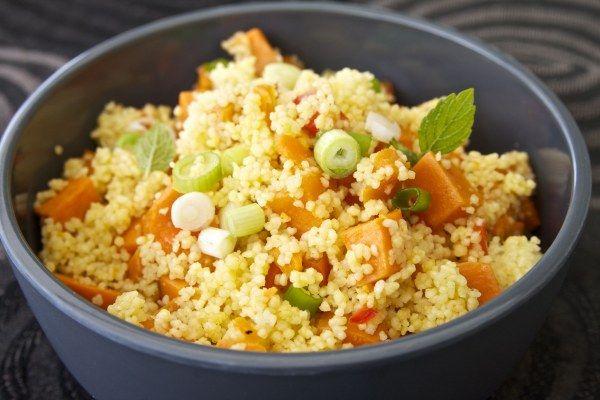 Ovenschotel van zoete aardappel, paprika en couscous met pittige saus · EVA maakt het plantaardig