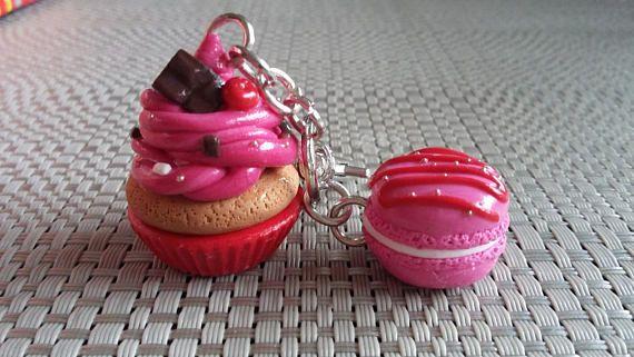 Porte clés CUPCAKE fraise et MACARON framboise en fimo duo