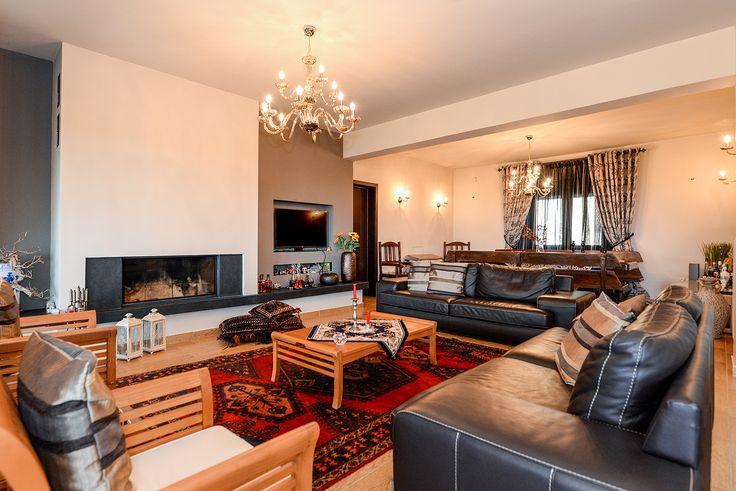 Σαλόνι με δερμάτινους καναπέδες και τζάκι, ένας συνδυασμός minimal και luxury διακόσμησης. #efimesitiko #realestate #alexandroupoli