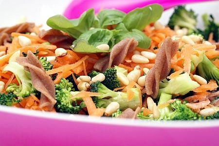 Denne broccolisalat med fuldkornspasta og gulerødder er let og hurtig at tilberede. Den smager super godt, så lav eventuelt ekstra til frokost