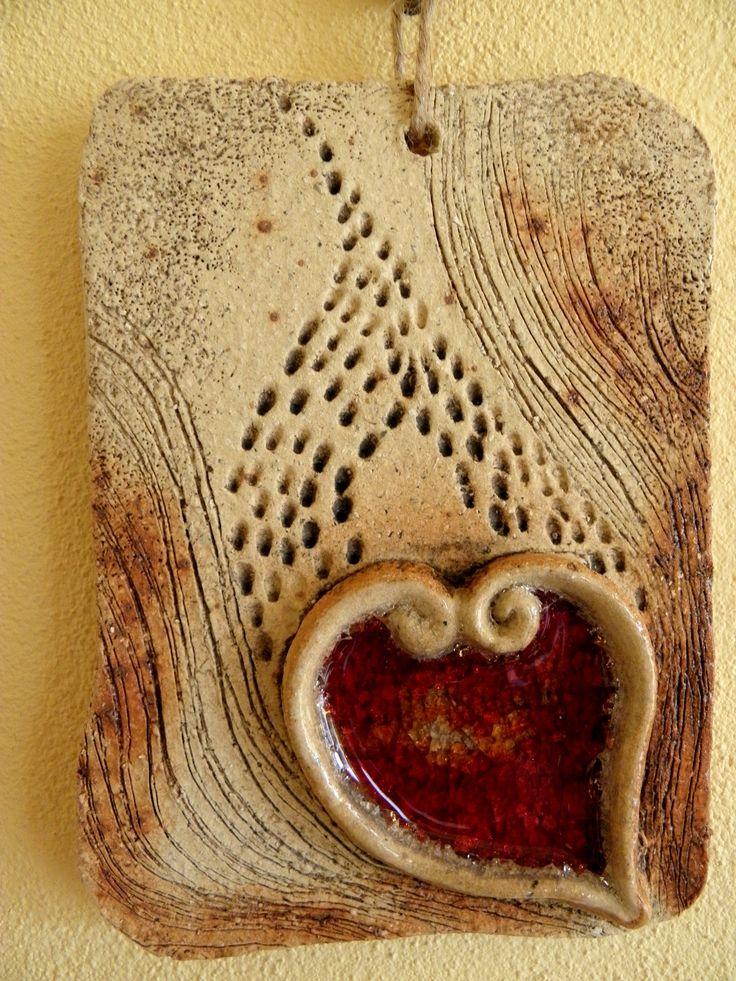 Srdce domu.... Kachlík na pověšení, šamotová hlína a sklo. Vel. cca 15x12 cm-