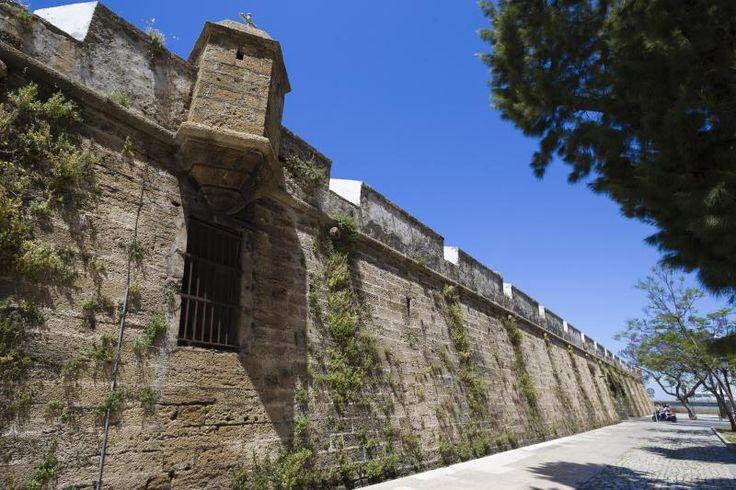 Murallas de Carlos lll Semibaluarte terminado de construir en el año 1784.Formado por 55 bóvedas,  podía albergar 90 piezas de artillería