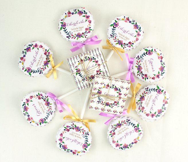 Piruletas y chocolatinas personalizadas para agradecer a los asistentes a la boda su compañía.