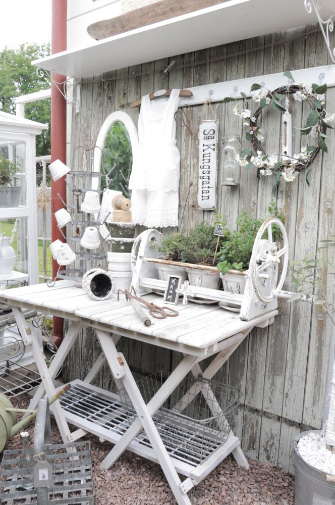 Garden potting table all in white for the garden for Decoration jardin shabby