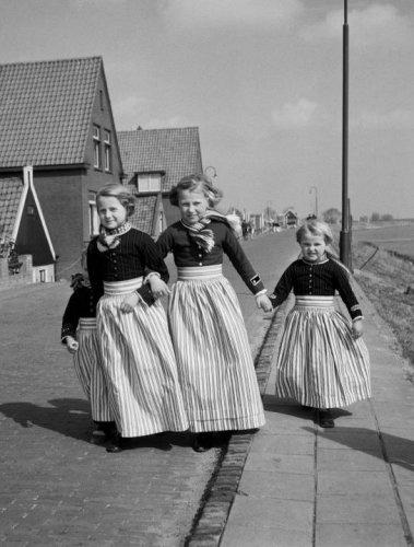 Meisjes in klederdracht zonder muts, Volendam (1950-1960) fotograaf:   Oorthuys, Cas #NoordHolland #Volendam