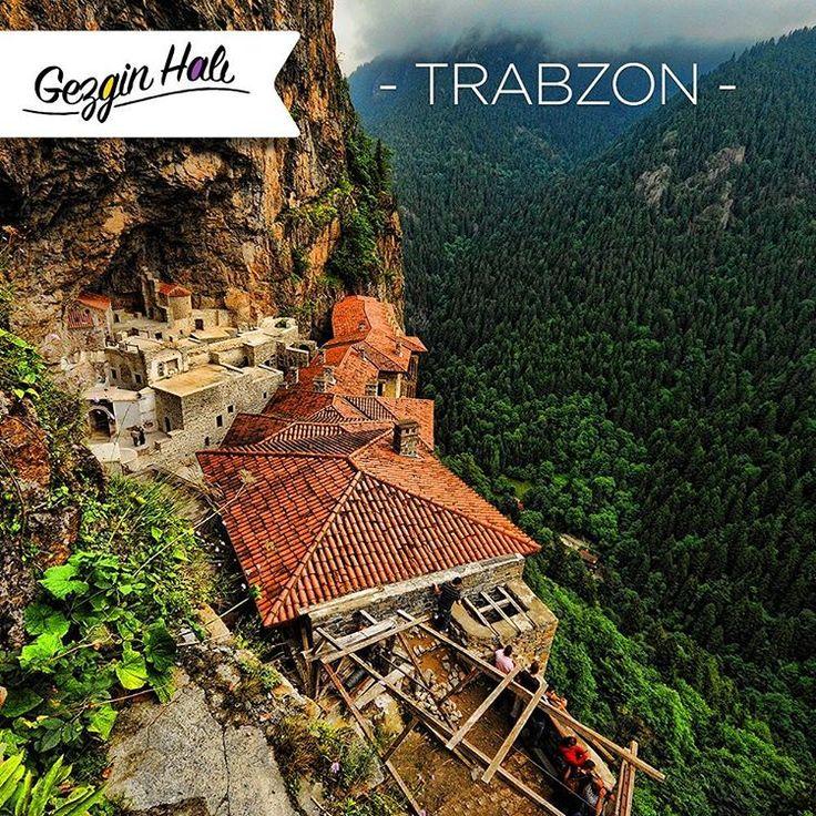 Gezgin Halı olarak bugün Trabzon'un meşhur tarihi Sümela Manastırı'ndayız! Sümela Manastırı'nın bulunduğu bölge Karadağlar'dır. Dik ve yemyeşil bir manzaraya sahip yamaca inşa edilen bu manastır, 8 km aşağıdan taşlar taşınarak yapılmış ve Karadeniz'in büyüleyici manzarasına karşı etkisini daha da artırmıştır. Hazır güzide ülkemizin yeşil güzelliğinden bahsetmişken Zümrüt Serisi Han Yeşil'in güzelliğini de görmeden geçmeyin deriz. #gezginhali #trabzon #sümela