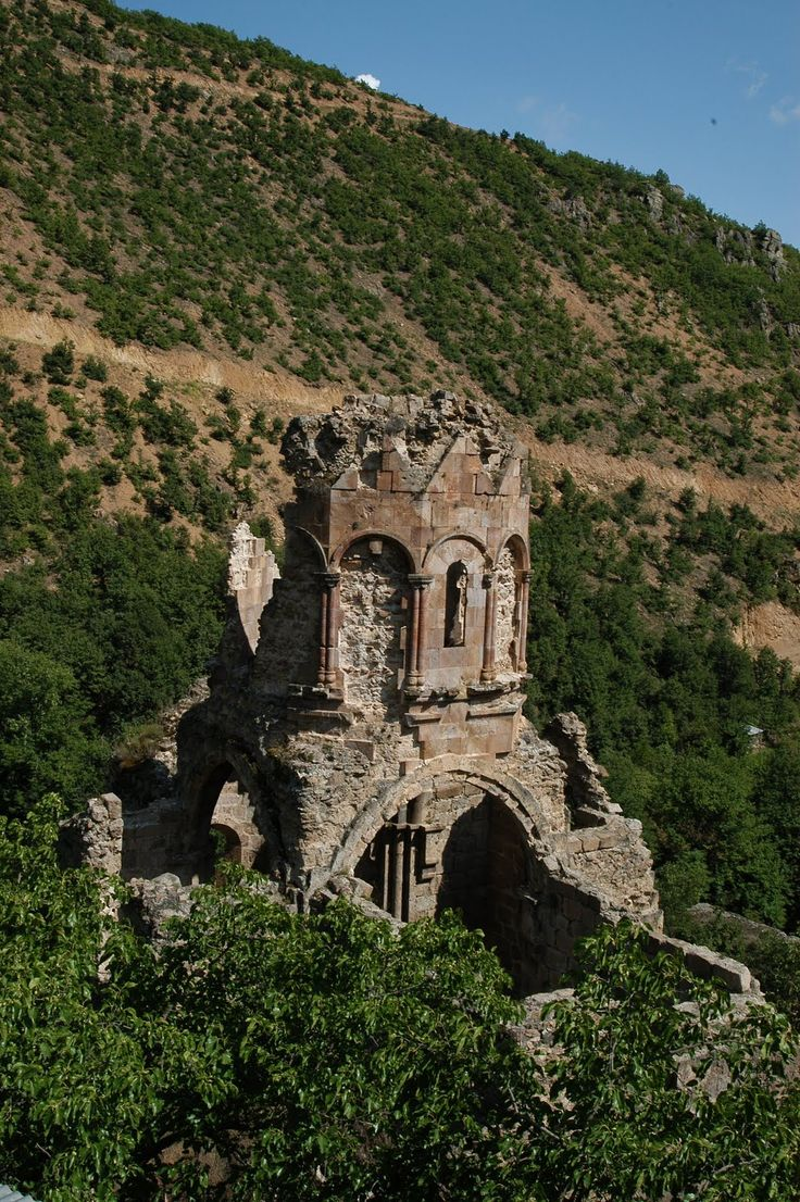 Porta Manastırı Manastır, 896-918 yılları arasında Prens Khaouli tarafından inşa ettirilmiştir. Son halini ise; Kral Gürgen'in döneminde almıştır.
