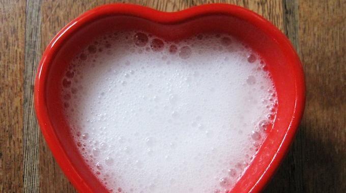 Pour soigner une conjonctivite, il faut l'assainir régulièrement. Le bicarbonate est un remède naturel pour bien nettoyer une conjonctivite. Mélangez un 1/4 de cuillère à café avec de l'