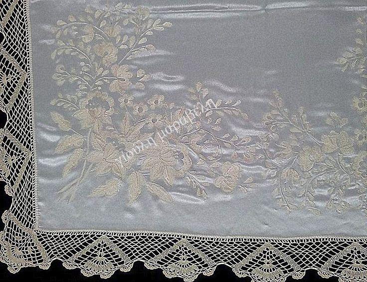 Ολομέταξο μεγάλο τραπεζοκαρέ απο κρεπ σατέν  .Κεντημένο με βυζαντινή βελονιά,ριζοβελονιά και στρας svarovsky στο κέντρο των λουλουδιών.Γύρω χειροποίητη δαντέλα πλεγμένη με το βελονάκι με φυτικό μετάξι. Γιούλη Μαραβέλη-Χαλκίδα.Τηλ:22210 74152.