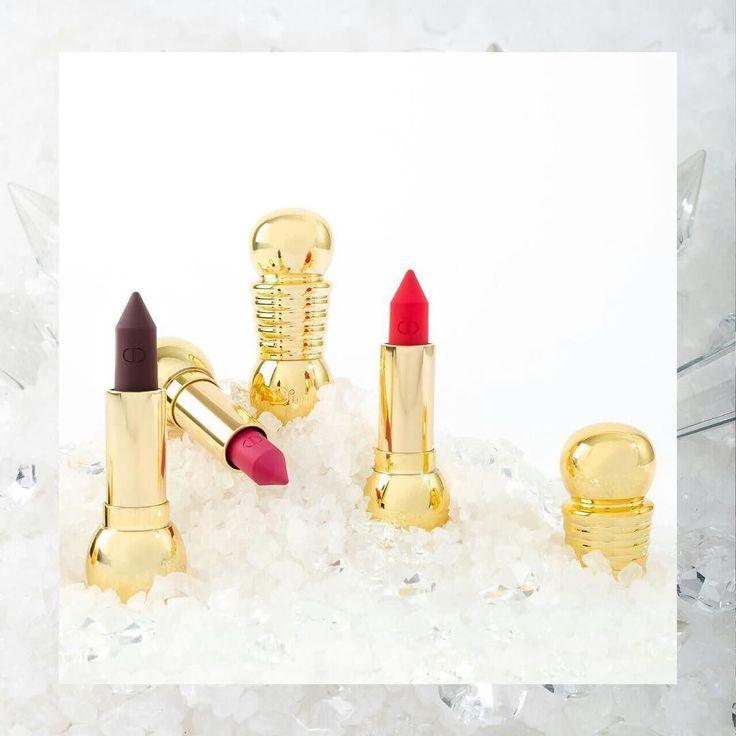 A unas horas de la llegada de diciembre te presentamos nuestra interpretación de la nueva colección 'Precious Rocks' de Dior entre cristales y piedras preciosas. Opulente brillante y diseñada por @peterphilipsmakeup director creativo de la firma de belleza juega con la sofisticación de impresiones caleidoscópicas. Después de todo la mujer Dior es todo eso y más. . . . . . . #LBeauteMx #dior #diormakeup #preciousrocks #diorlook #diorholiday #makeup #eyeshadow #lipstick #lipsticks #lips #eyes…