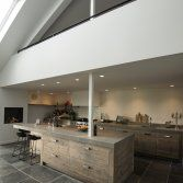 Deze RestyleXL keuken is gemaakt van oude vloerdelen! Dit geschaafd oud eiken geeft de keuken een landelijk uiterlijk, maar door industriële grepen hieraan toe te voegen, veranderd de keuken in e...