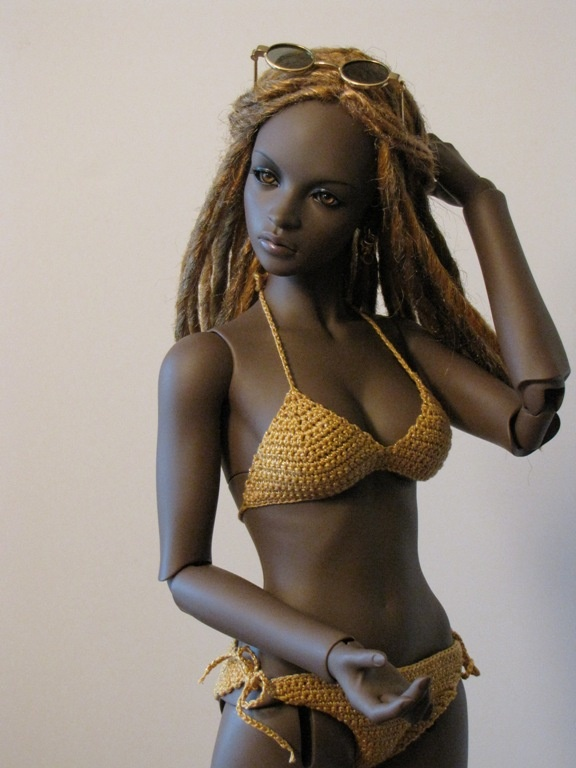 Jill from WV on Zone of Zen posted some nice shots of her Iplehouse Ashanti gal in some very different looks. This one is in a bikini and dreads.