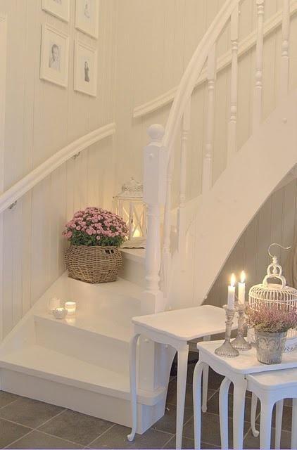 Mooie witte trap, leuk met die kaarsjes en bloemetjes!! #brocante #hallway