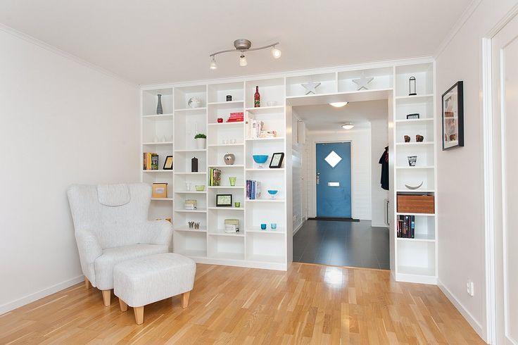 Vardagsrum - platsbyggd bokhylla