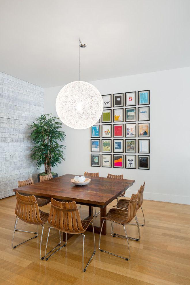 Рамки для фотографий на стену: коллажи для интерьера и 80+ избранных решений по композиции http://happymodern.ru/ramki-dlya-fotografij-na-stenu-kollazhi/ Современная столовая со стандартными прямоугольными рамками для фотографий спокойного цвета, не притягивающего дополнительного внимания, ведь сами фото яркие и тематически разнообразные