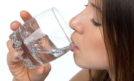 (Zentrum der Gesundheit) – Aluminium (Alu) ist in unserer Umwelt, in Lebensmitteln, im Trinkwasser und nicht zuletzt in Impfstoffen enthalten. Aluminium ist giftig und reichert sich im Körper an. Aluminium kann zu schwerwiegenden Erkrankungen beitragen. Autismus ist im Gespräch, Hyperaktivität und auch die Alzheimer Krankheit. Eine Aluminiumbelastung kann aber auch für unspezifische Symptome verantwortlich sein, wie zum Beispiel für eine Anämie (Blutarmut), für Muskelschmerzen, Osteoporose…