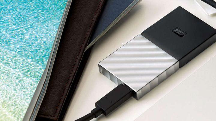 Western Digital Corporation ha lanzado un dispositivo portátil de almacenamiento, que se caracteriza por ser el más rápido de la marca, además de por tener un reducido tamaño, puesto que cabe en la palma de la mano. Es el My Passport SSD, que ofrece una capacidad de 1 TB.