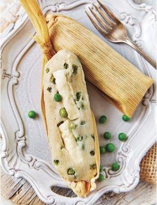 Amasa la manteca con la porción de maíz, la sal y el polvo para hornear hasta obtener una consistencia suave...