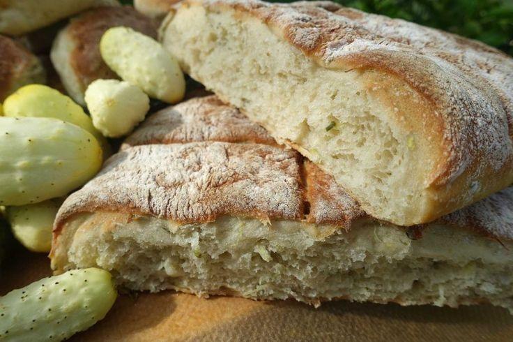 Närbild på en platt brödkaka.