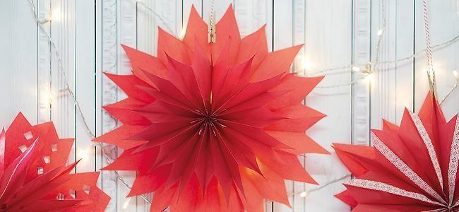 Weihnachtssterne aus roten Butterbrottüten | dm.de
