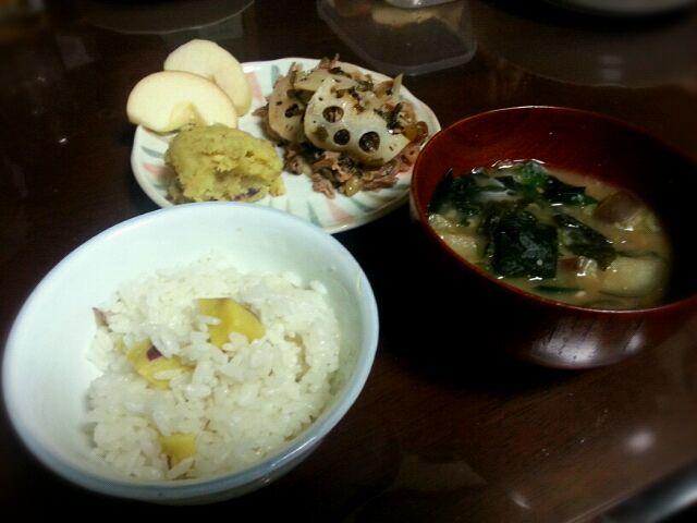 今度給食でやる栗ご飯の試作を兼ねて..栗は高くて買えないので(笑) 高菜炒めも母上の助言の下、美味しくできました(^-^)/ - 1件のもぐもぐ - 秋のお献立~さつまいもごはん、なすとオクラの味噌汁、豚肉と蓮根の高菜炒め、和風さつまいもサラダ、りんご by cyui85
