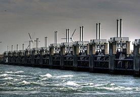 4-Dec-2013 19:02 - RIJKSWATERSTAAT SLUIT KERING DONDERDAGNACHT. Rijkswaterstaat meldt dat de Oosterscheldekering in de nacht van donderdag op vrijdag dicht gaat. Dit vanwege de verwachte hoge waterstanden. Ook de Algerakering in de Hollandsche IJssel en enkele andere sluizen worden gesloten.
