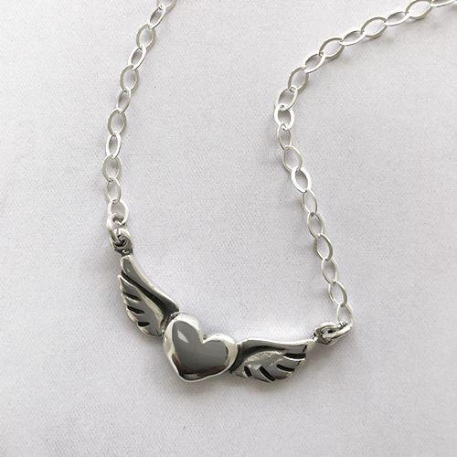 9ee529dabaf5 Collar de plata con dije de corazón con alas