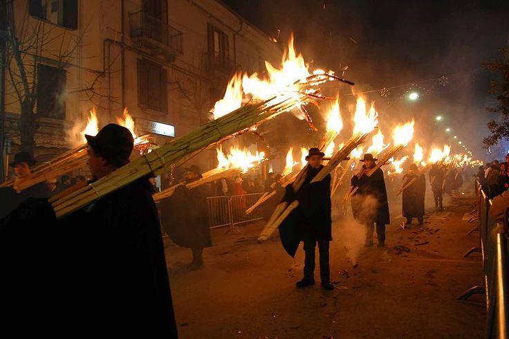 Molise - La tradizione della 'Ndocciata della notte della Vigilia di Natale presso Agnone