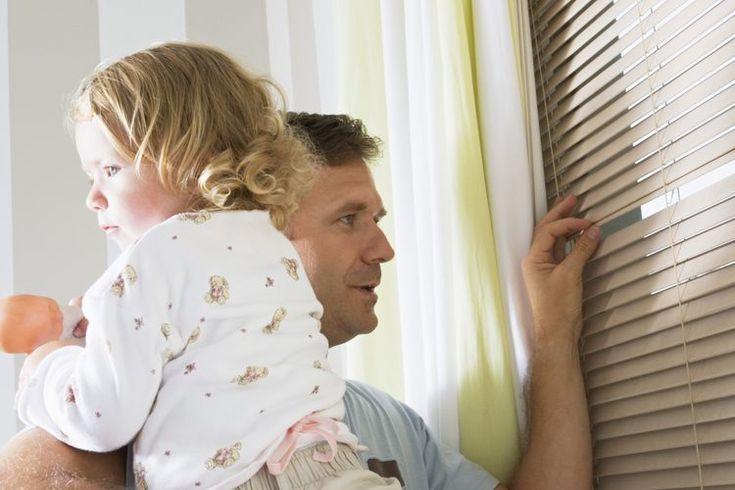 Cómo atar la persiana de una ventana por seguridad de los niños. Aunque no le des importancia al hecho de tener persianas en tus ventanas, la U.S. Consumer Product Safety Commission  afirma que desde 1991 hasta 2000, se recibieron 160 informes de niños que fueron estranguladas por los cordones de ...