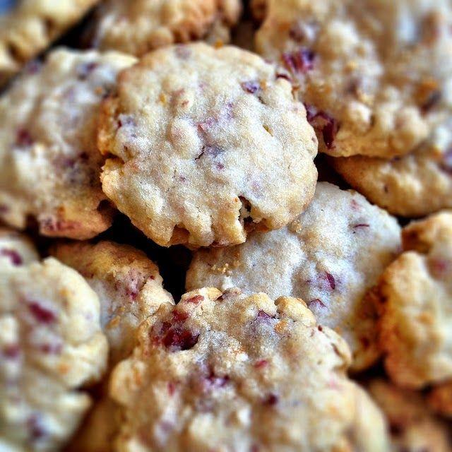 Recette de biscuits aux canneberges et flocons d'avoine Québec Canada Des petits fours canadiens aux cranberries, noix de pécan et chocolat, tout à fait délicieux. Du goûter aux biscuits de la Saint-Nicolas, des bredeles de nos cousins d'Amérique du Nord.
