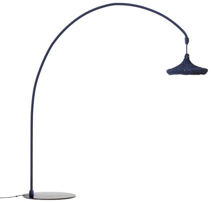 Anche lampioni a led offrono buona luminosità e bassi consumi. Sostituirli con piantane da esterno favorisce la possibilità di ridefinire di volta in volta i punti luci e di creare angoli intimi e accoglienti, come quelli del soggiorno di casa
