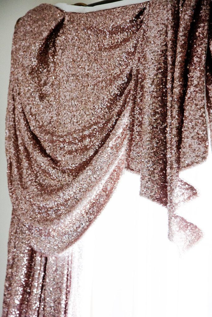 PEARL LOWE - Gold sequin curtain