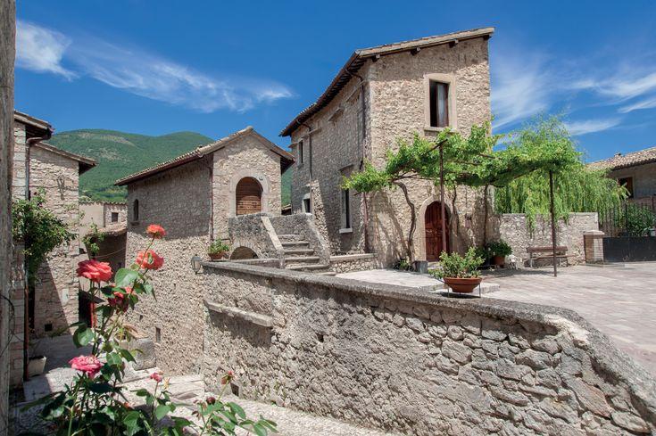 Vallo di Nera (PG). Il territorio di elevato pregio paesaggistico ed artistico comprende i castelli e le ville di Meggiano, Piedipaterno, Geppa, Paterno, Monte Fiorello, Piedilacosta, La Pieve, Le Campore, Borbonea, Roccagelli.