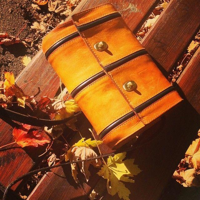 Passend zum #Herbstlaub die #Tasche, Modell Tenera Tre Aque   #Autumn #Herbst #Autunno   #Ledertaschen #handmade in #Hamburg #goldener_herbst   emmanueldumas.de