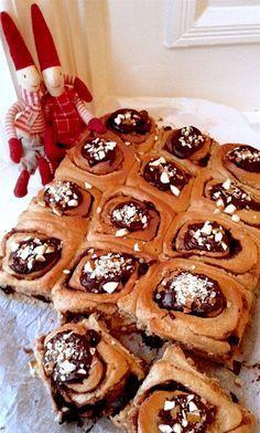 Forkæl kanelsneglene med chokolade og marcipan i remoncen .