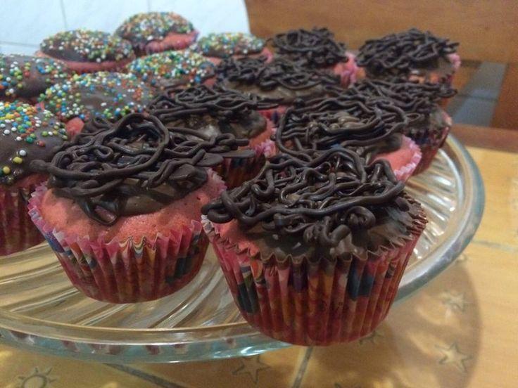 Cupcakes rosados con sabor a whisky decorados con chocolate y chispas #jotacakes #cupcakes #cupcake #cupcakestagram #reposteria #candy #sugar #chocolate #tasty #delicius #colours #pink #whisky
