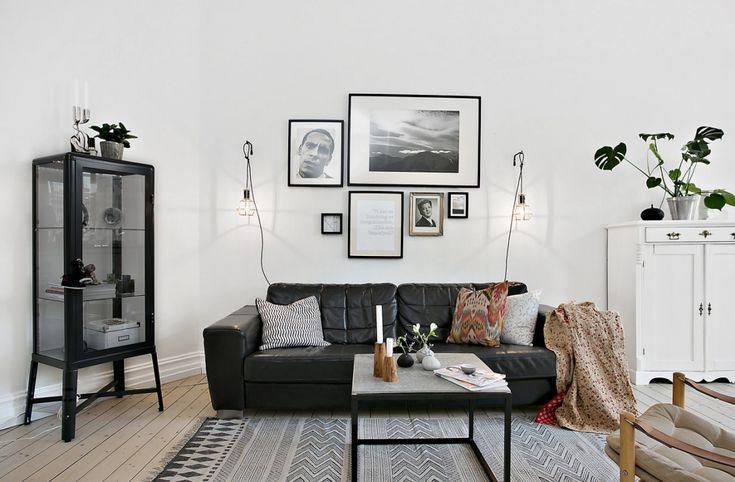 Fin komposition med tidning, ljus och vas på bordet. Även fint med ramar av olika storlekar på väggen.