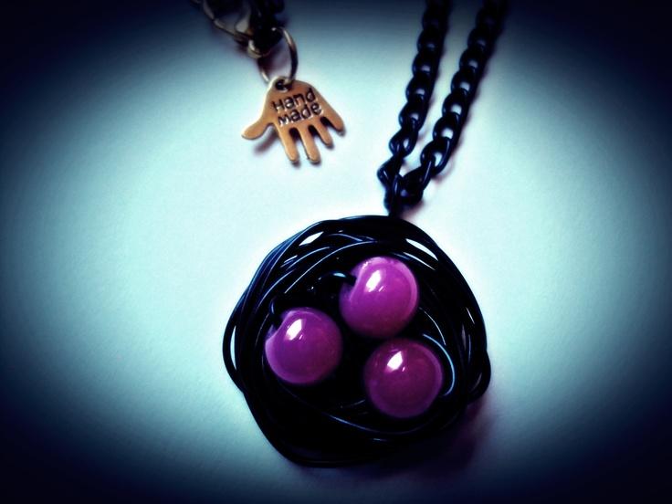 collar de nido de pájaro en rosa y negro....