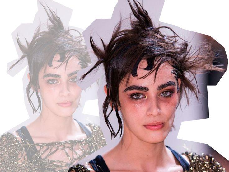 <p><b>Da passarela para o Halloween: ideias de cabelo e make para complementar a fantasia</b></p><p><br/></p><p>Nós sabemos que as passarelas são uma tremenda fonte de inspiração de beleza. Mas você já pensou em tirar de um desfile de moda ideias lacradoras de fantasia de <b>Halloween</b>? Vasculhamos no Pinterest cabelos e maquiagens zero tradicionais que grandes marcas puseram à prova e, <i>tcharam</i>, você pode copiar e colar para a balada de <b>Dia das Bruxas</b>!<br/></p>
