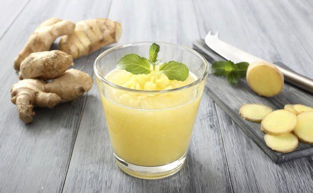 Bild: Thinkstock/ iStock/ DENIO RIGACCI  Zutaten:  1 Esslöffel frischer Ingwer 2 Orangen 1/2 Zitrone 1 Banane 2 Apfel 1/2 Ananas Zimt nach Geschmack Eiswürfel Zubereitung:  Obst waschen, gegebenenfalls schälen, je nach Mixerstärke in kleine Stücke schneiden oder gleich durch mixen. Ingwer schälen, reiben und ebenfalls, gemeinsam mit Zimt und gecrushtem Eis kräftig mixen bis eine sämige Konsistenz entsteht.