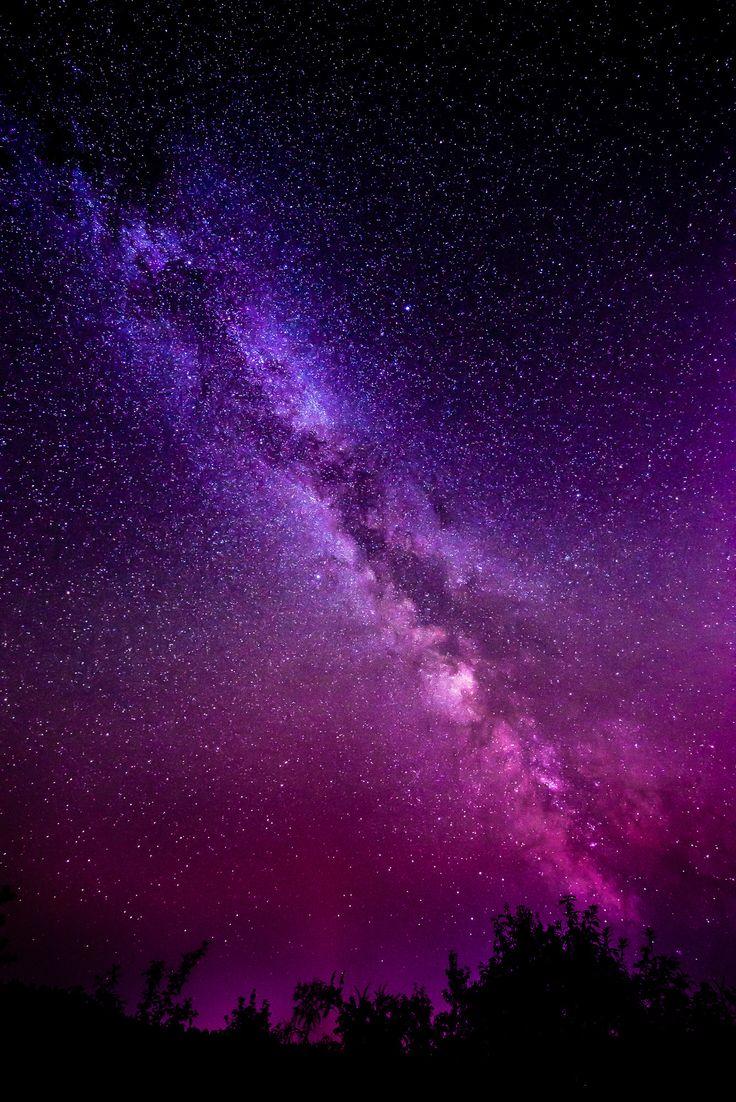 обои на айфон небо со звездами фиолетовое заднем фоне виднеются