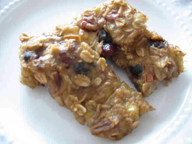 オートミールクッキー       朝食に♪ お砂糖も卵も使ってない ヘルシーなグラノラバーです。  材料 熟したバナナ 3本 オートミール 2カップ レーズン 1カップ くるみ 1カップ アップルソース(リンゴすりおろし) 1/3カップ バニラエッセンス 小さじ1  作り方 1 材料をまぜる 2 オーブンを180度にセットし、15分~20分焼く。