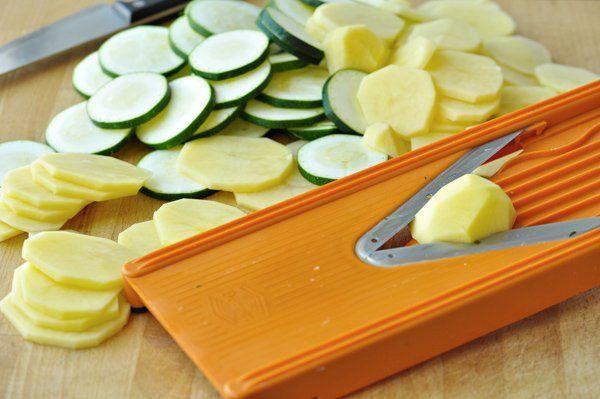 Veľmi jednoduchý a rýchly obed, ktorý pripraví aj začiatočníčka v kuchyni. Cukiet je teraz v záhrade požehnane, tak šup s ňou do kuchyne pripraviť