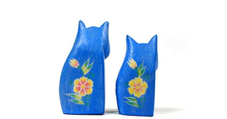 """Como comprar um filhote de azul russo. Os azuis russos -- cuja cor dos pelos na verdade é prateada -- são gatos afetuosos, gentis e educados. Embora pareçam qualquer outro tipo de gato cinzento, são facilmente identificados por seu """"sorriso de Mona Lisa"""" e olhos verdes vivos; esses gatos, além de notavelmente belos, são donos de uma personalidade encantadora. Os preços dependem da ..."""