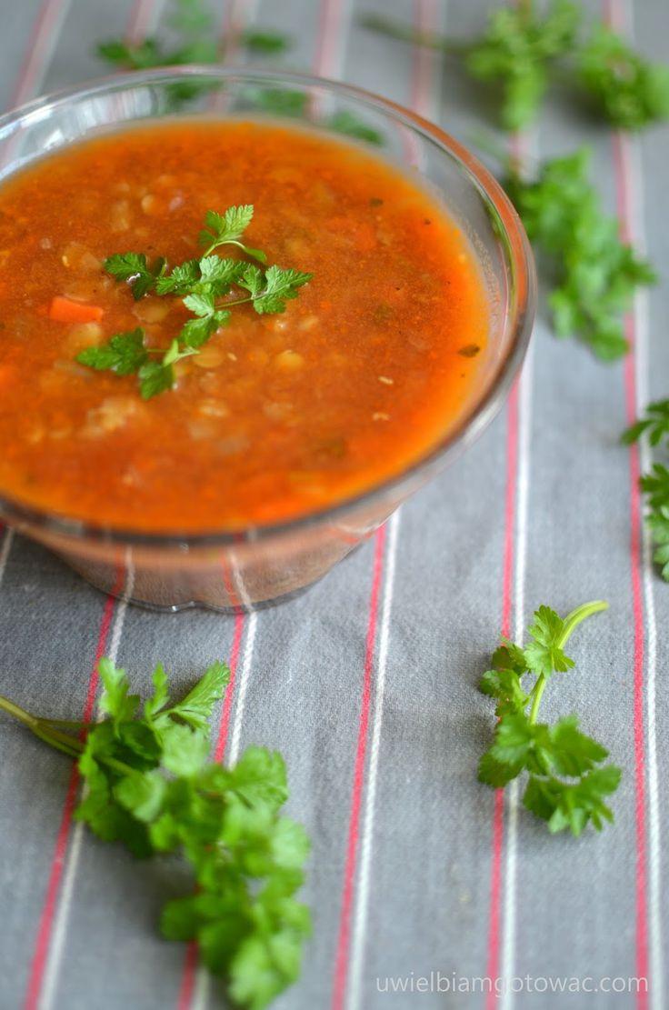 Rozgrzewająca zupa pomidorowa z soczewicą